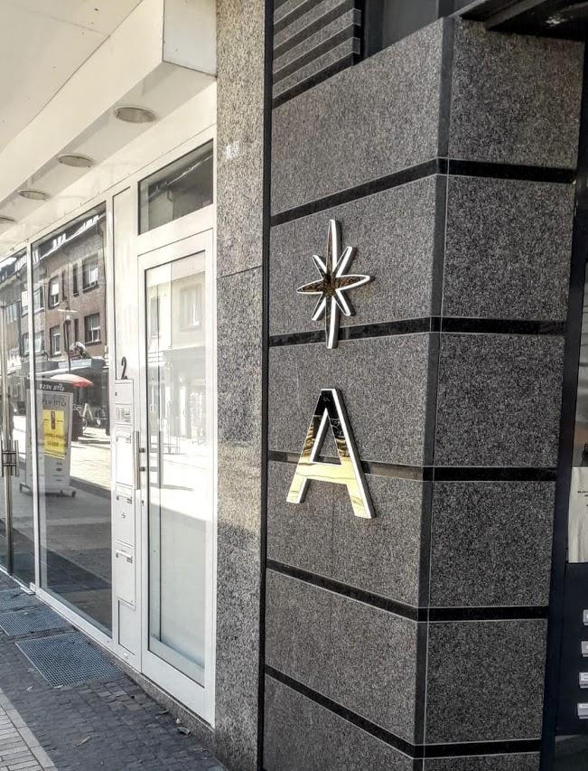 Einzelbuchstaben im Eingangsbereich
