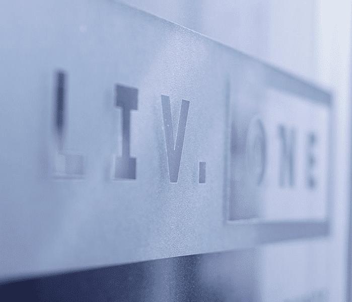 Liv One Firmenschild aus Acrylglas