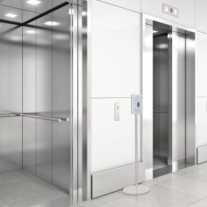 Desinfektionsspender mit Sensor und Standfuß vor Fahrstuhl